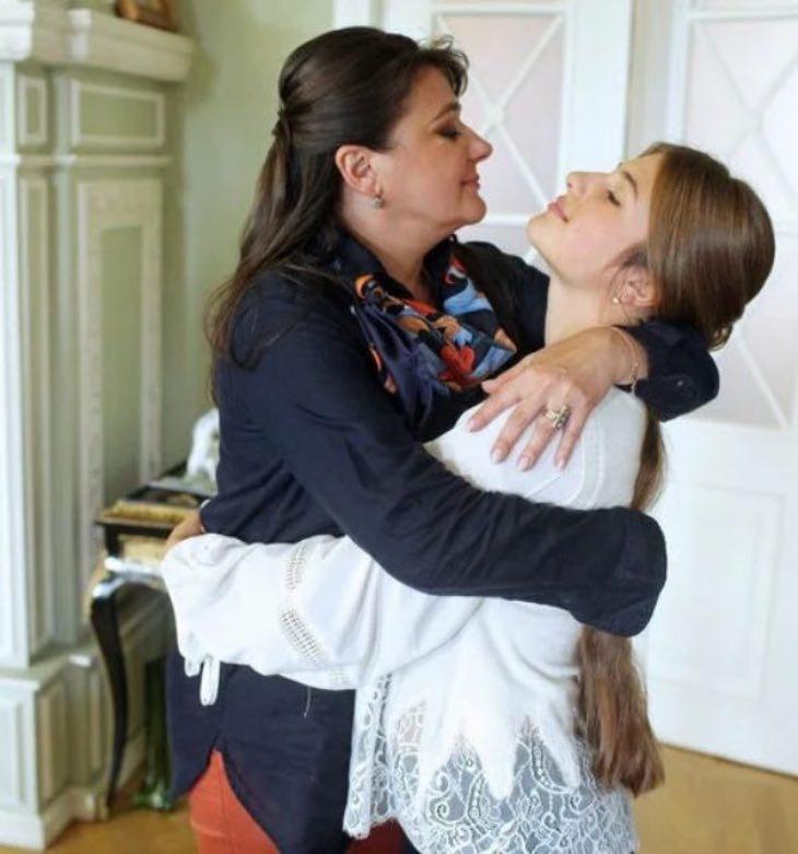 18-летняя дочь звезды «Улицы разбитых фонарей» Мельниковой, имя отца девушки актриса скрывает