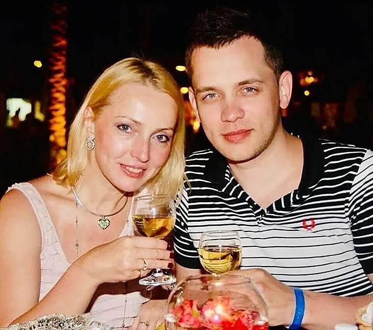 «Ему 39 лет, ей 53»: как живет бывший солист группы «Корни» и как выглядит жена Александра