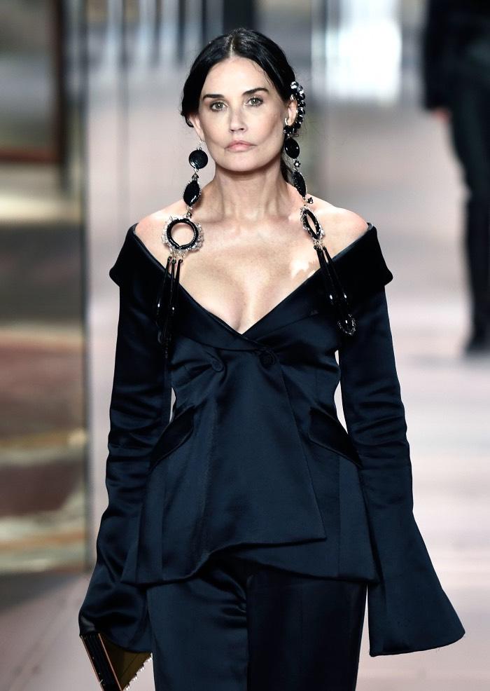 «Что у нее с лицом?»: Появление на неделе Высокой моды актрисы Деми Мур вызвало нeдоyмение