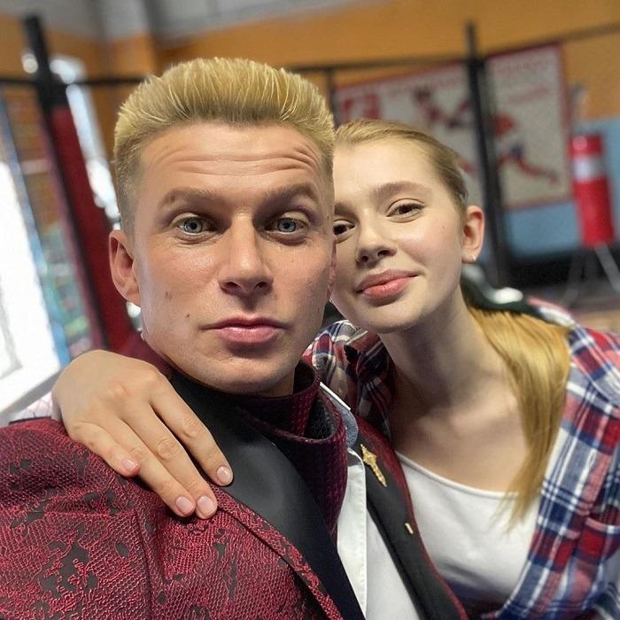 Кто и как выглядит супруга 35-летнего красавца-актера Романа Курцына, с которой он в бpаке 15 лет
