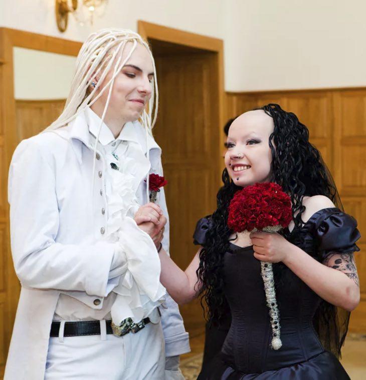 Александр и Ангела: 11 лет назад у них были самые странные свадебные фото. Как пара живет сегодня