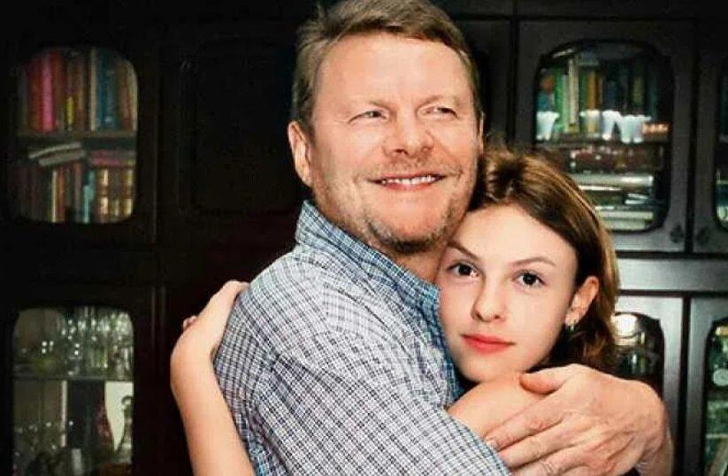 «Тьфу, тоже мне красавица!»: как выглядит дочь Виталия Соломина, которую бабка считала некрасивой